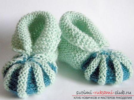 How to knit booties, knitting options on two and five spokes, with a seam on the sole and on the side, a seamless version, step-by-step photos and description. Photo №1