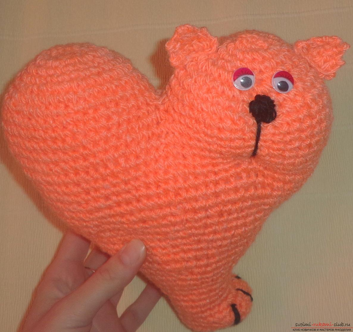 This master class will teach how to tie an unusual valentine - a cat crochet