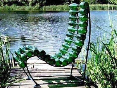 стілець зі скляних пляшок