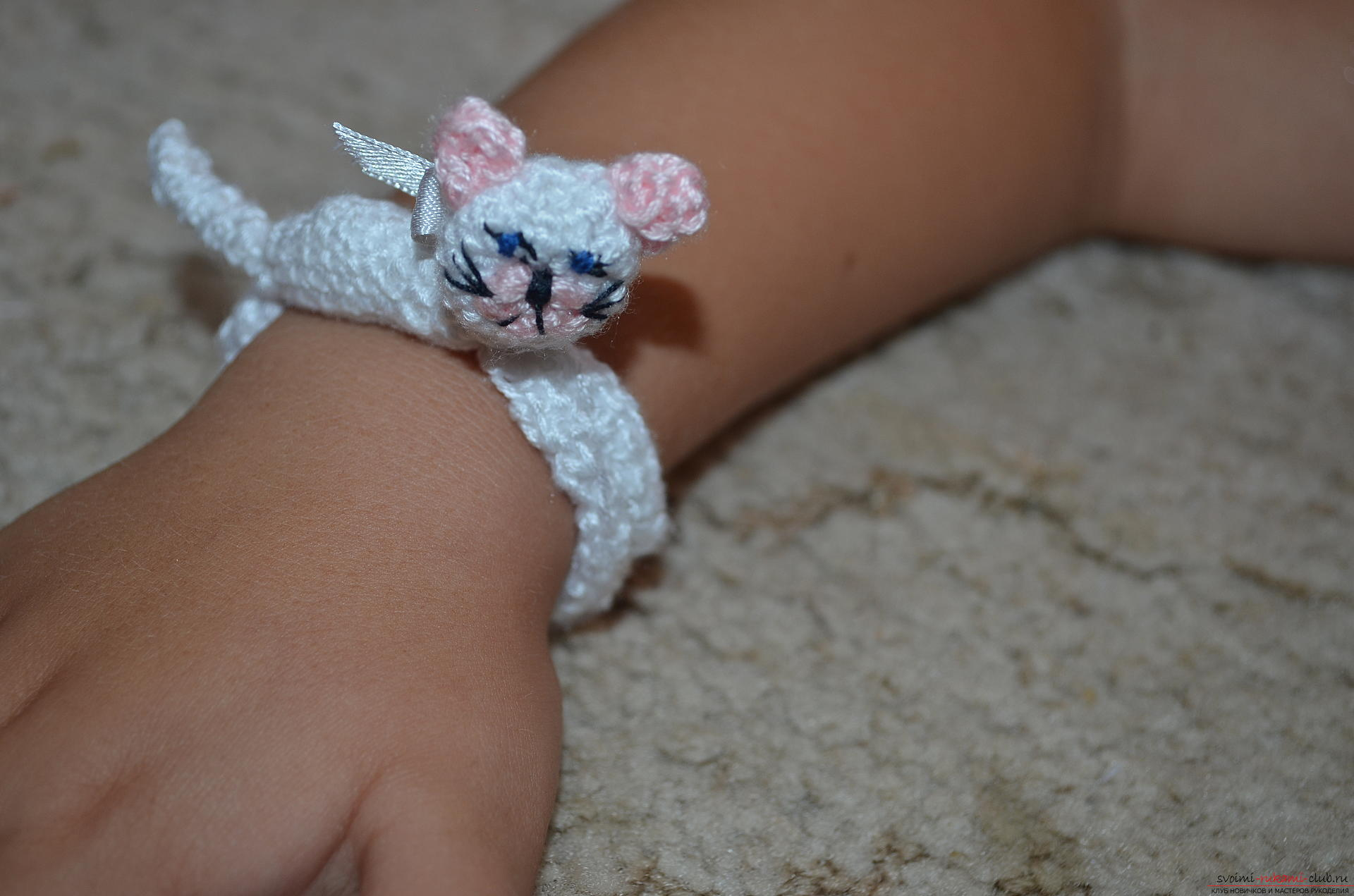 Step-by-step instruction with a photo on crochet in the technique of amirumi bracelet for a girl