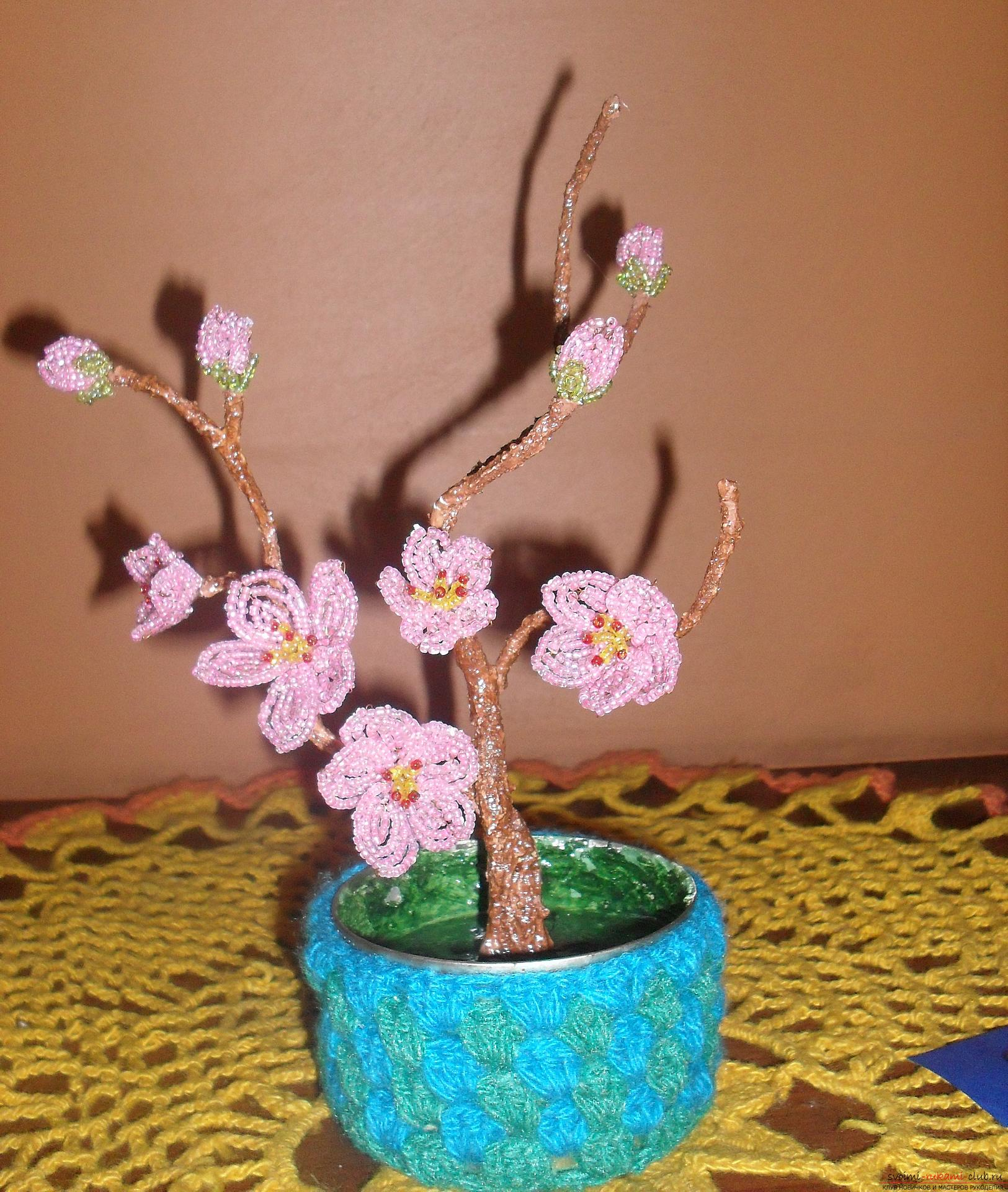 Flowers and beaded trees are a great idea for a holiday presentation. Photo №1