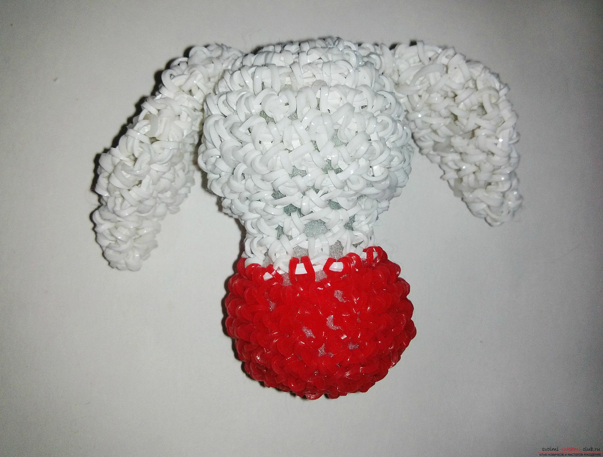 Deze meester-klasse van het weven uit gummispeelgoed leert je hoe je een konijn met je eigen handen kunt maken. Fotonummer 11