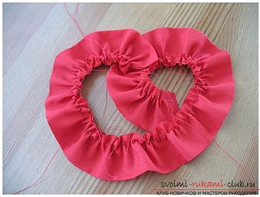 Як зробити оригінальний і яскравий подарунок до дня Всіх Закоханих для дівчини, покрокові фото створення сердечка з квітів і намистин. фото №3