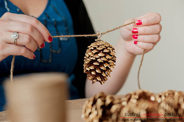 photoinstruction of creating a garland of cones to your hands. Photo №8