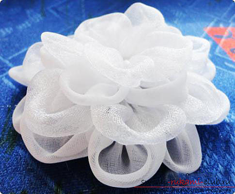 White Kanzashi bows with their own hands are easy and fast. Photo №5