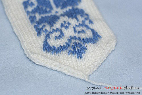How to tie warm mittens for children with knitting needles. Photo №8