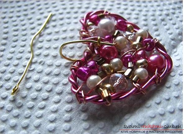 How to make an original and bright gift to the day of All Lovers for a girl, step by step creation of a heart of flowers and beads. Photo number 17