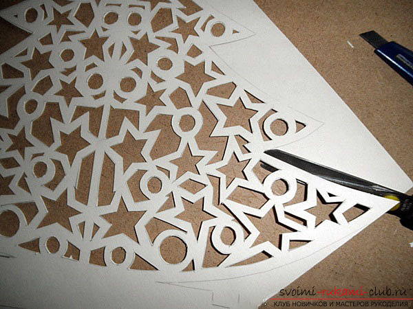 photo examples of the process of making an openwork Christmas tree made of paper. Photo №6