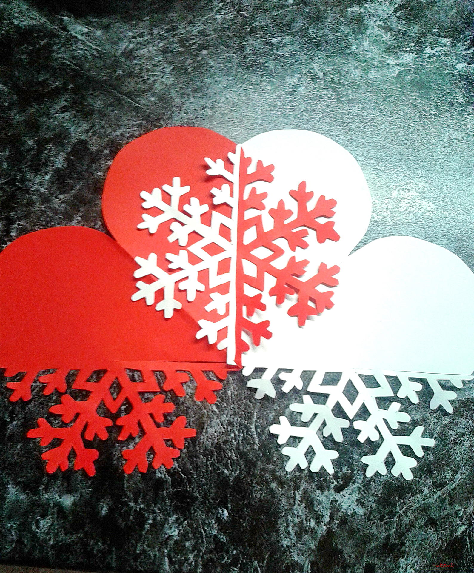 Interesting postcards and snowflakes are easy to make out of paper, and it is much more interesting to put them together in one New Year's craft. Photo # 7