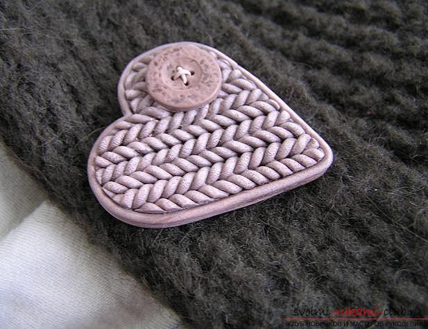 How to make a brooch made of polymer clay in the technique of imitation knitting, step-by-step photos of creating a brooch in the form of a heart with a button. Photo №1