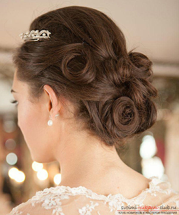 Learn how to make beautiful wedding hairstyles on medium hair with your own hands. Photo №7