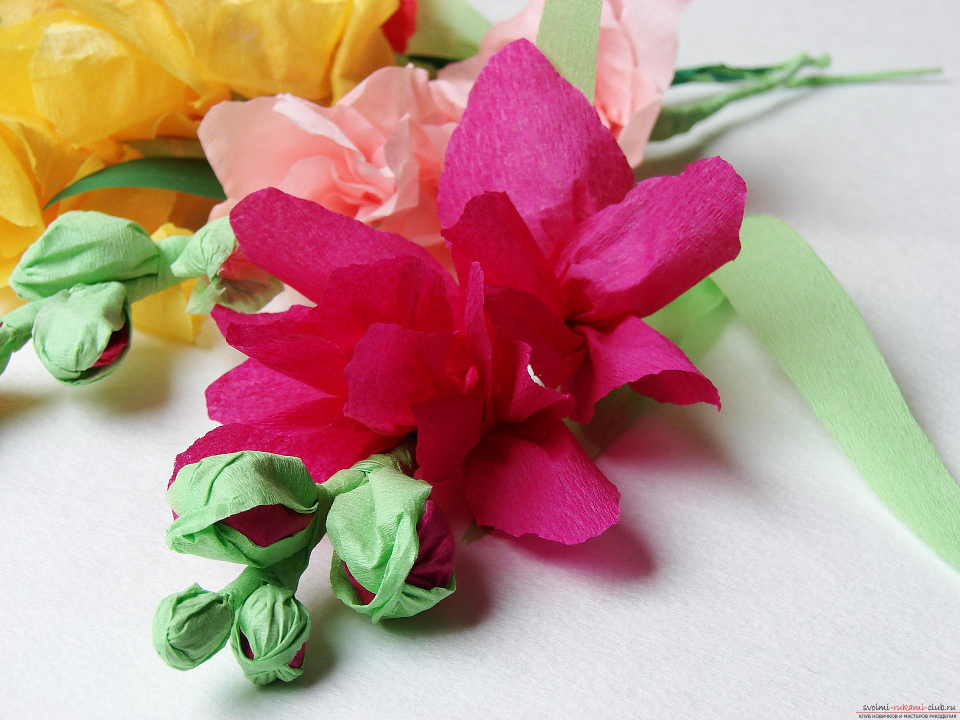 This master class will teach you how to make gladioli flowers from paper by yourself. Photo # 1