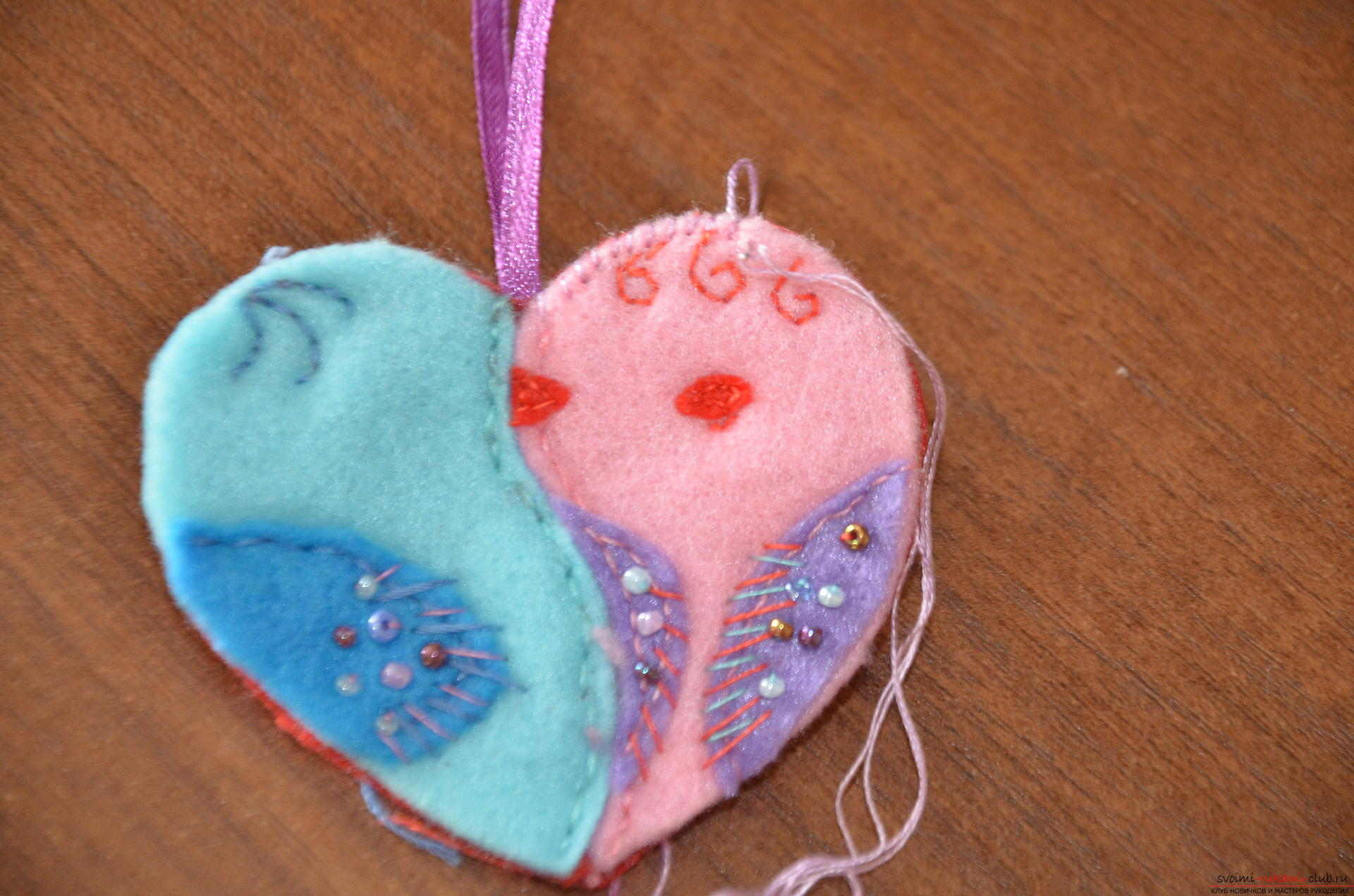 This master class valentines will teach you how to make your own heart with bullfinches made of felt .. Photo number 16