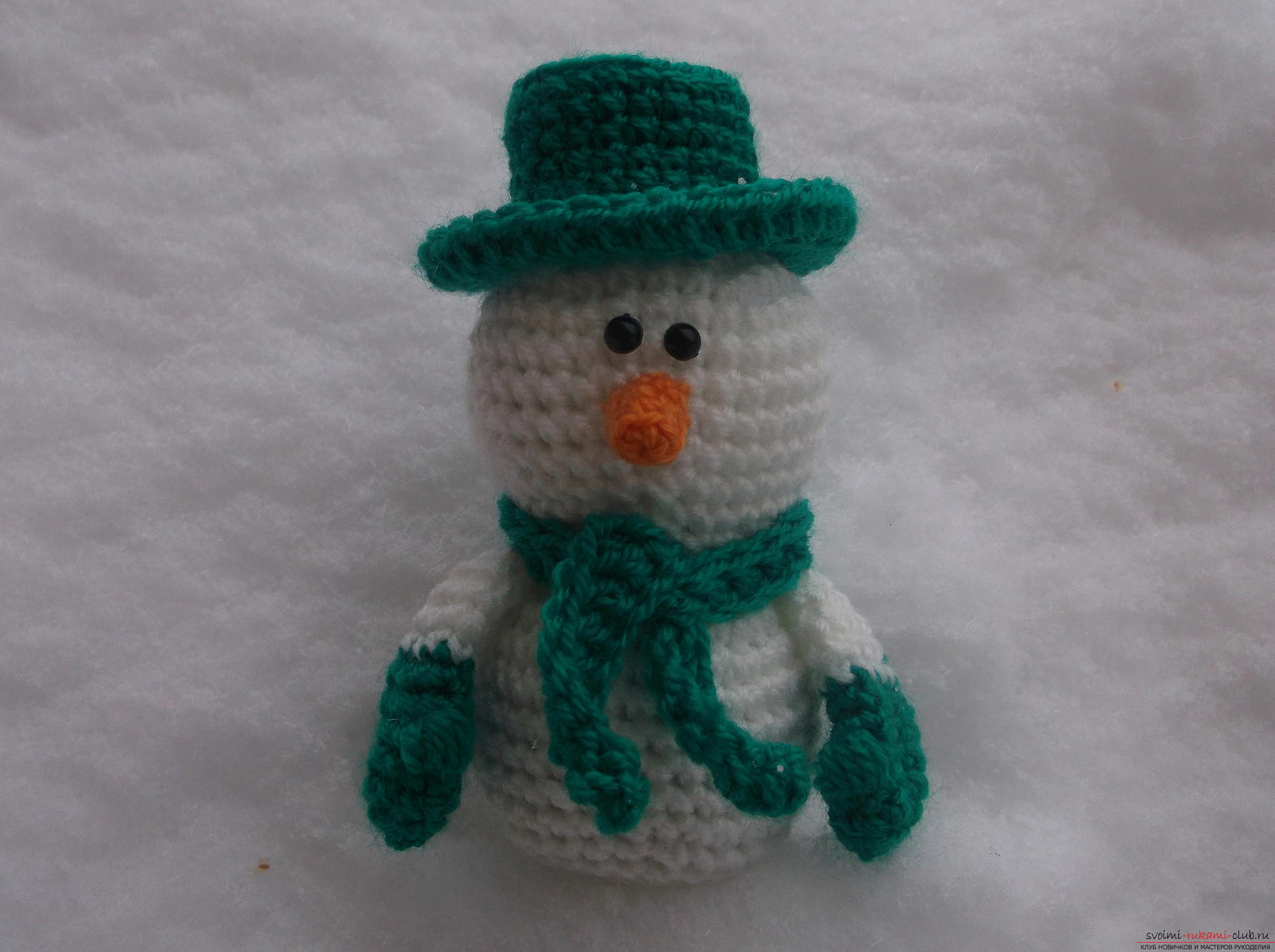 Masterclass with photos and descriptions will tell you how to make your own hands a childrens hand-crafted snowman