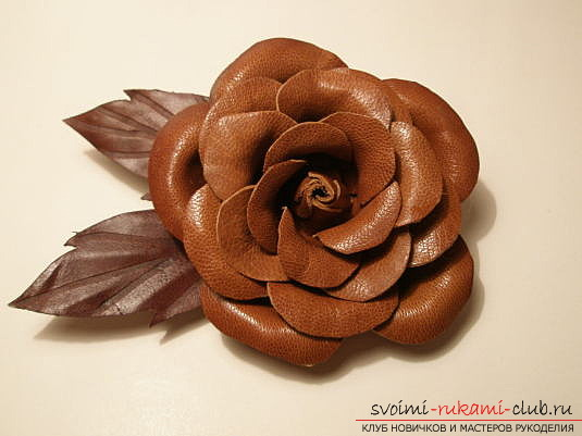 As from an old unnecessary leather thing, make an original flower with your own hands. Such a flower can decorate a bag or use it in decorating a house. Photo №1