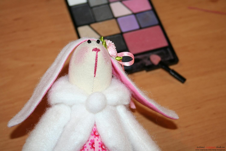Een masterclass over het maken van een nieuwjaarspoppetje helpt Tilda met eigen hand een haas te maken. Foto №46