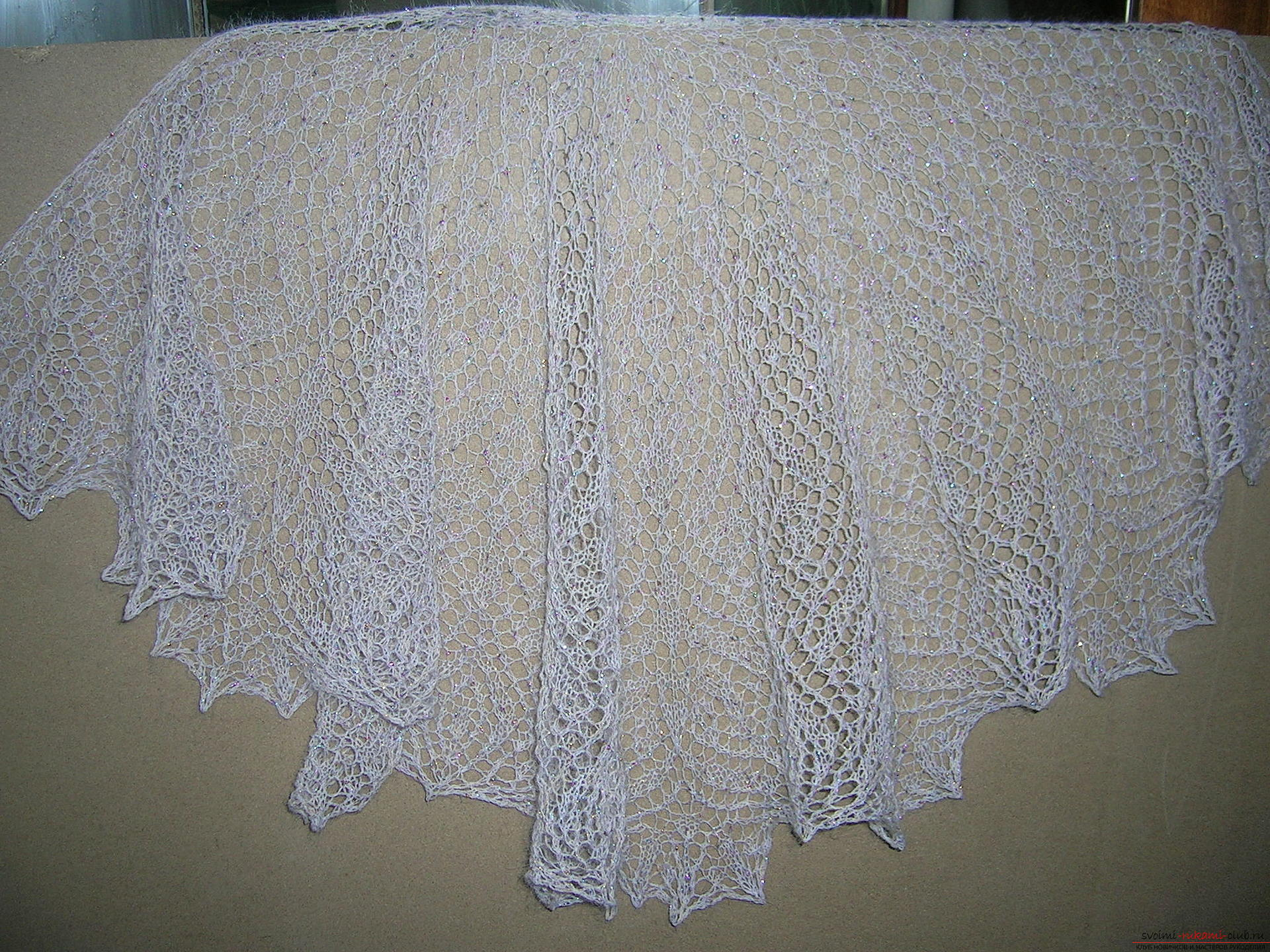 Description knitting the openwork white shawls with knitting needles. Photo №1
