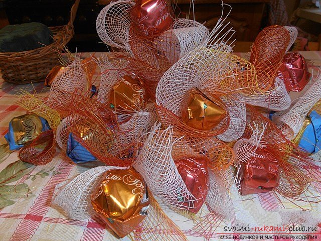 We make a basket with a bouquet of sweets. Photo №13