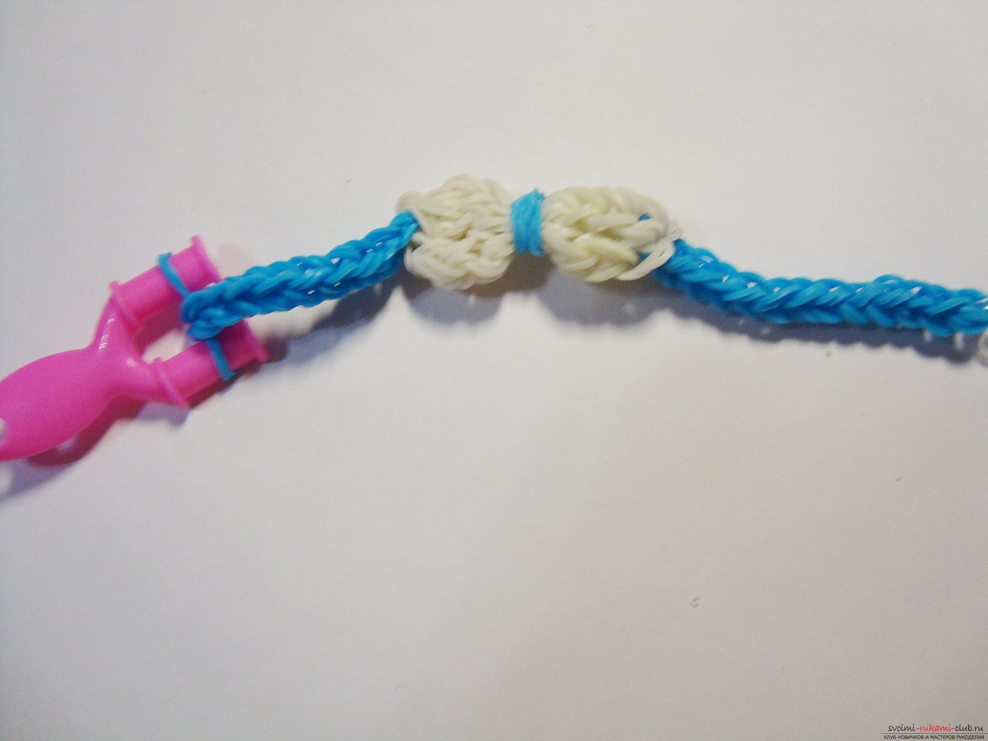 master class with a photo will teach you how to weave fashionable bracelets from rubber bands. Picture №10