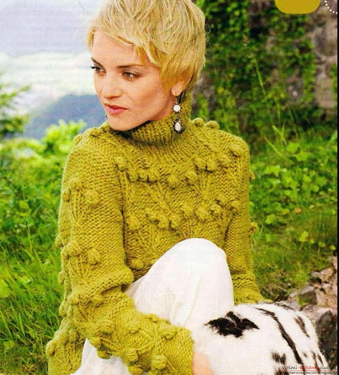 в'язаний спицями жіночий светр з візерунком
