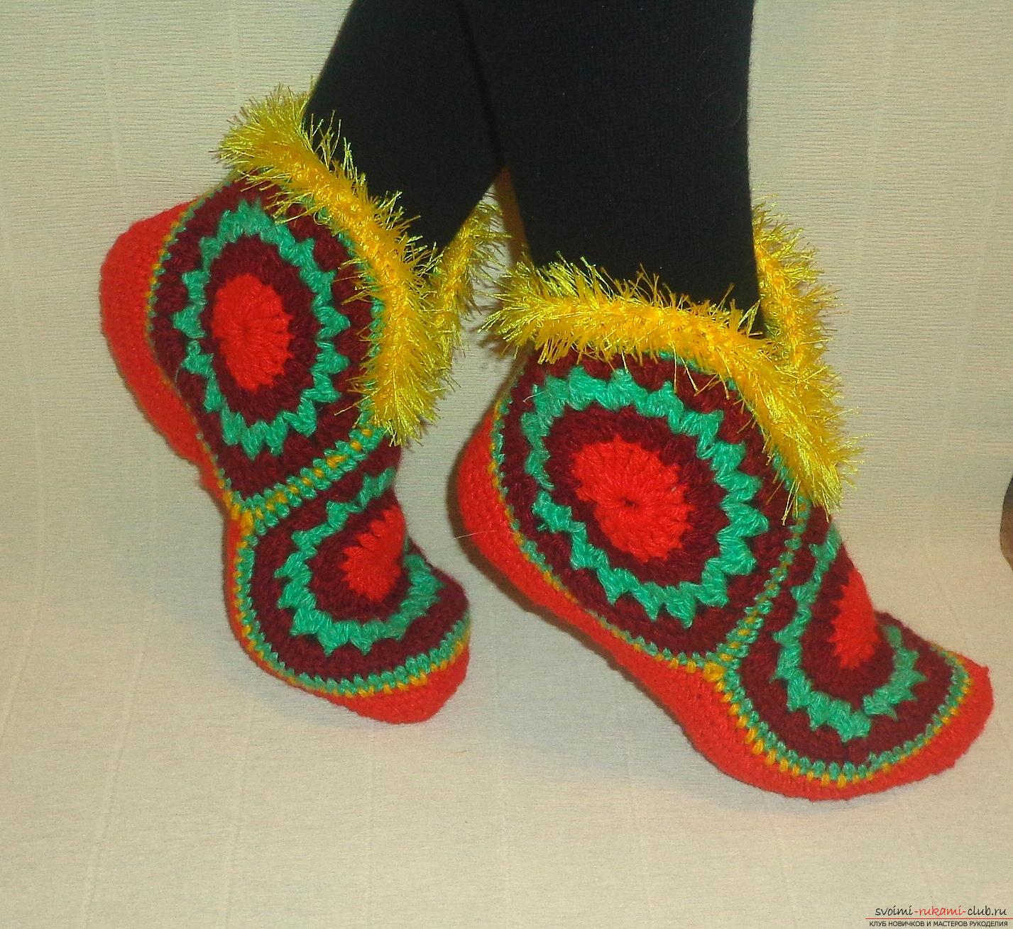Photos of the process of crochet at home high slippers. Photo number 15