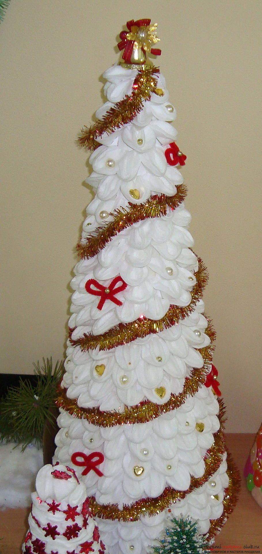 New Year's hand-craft, which you inspire to create with your own hands, will surely be remembered by all your guests. a fur-tree from cotton wheels will add to any interior .. Picture №5