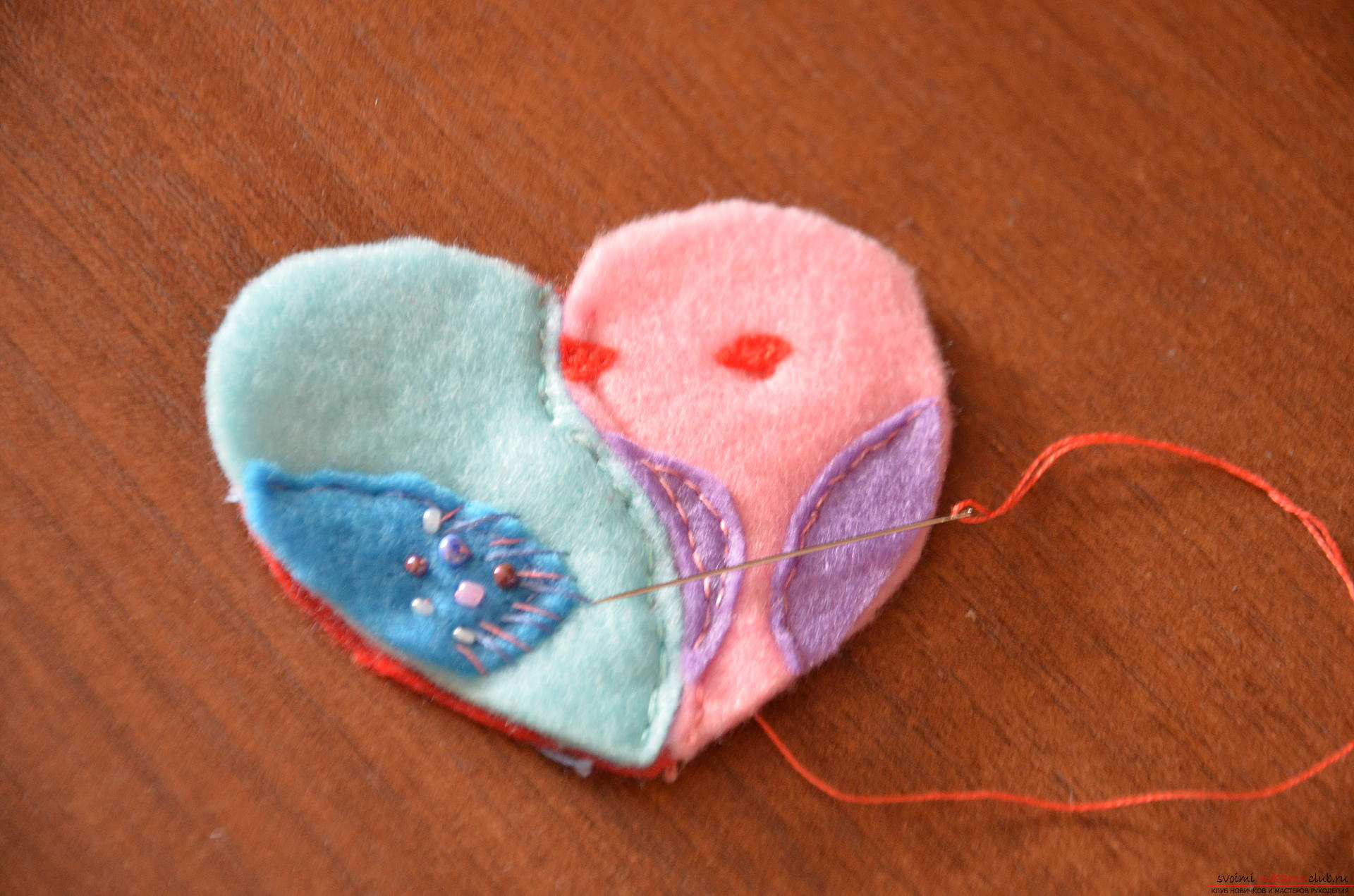 This master class Valentine will teach you how to make your own heart with bullfinches made of felt .. Photo №13