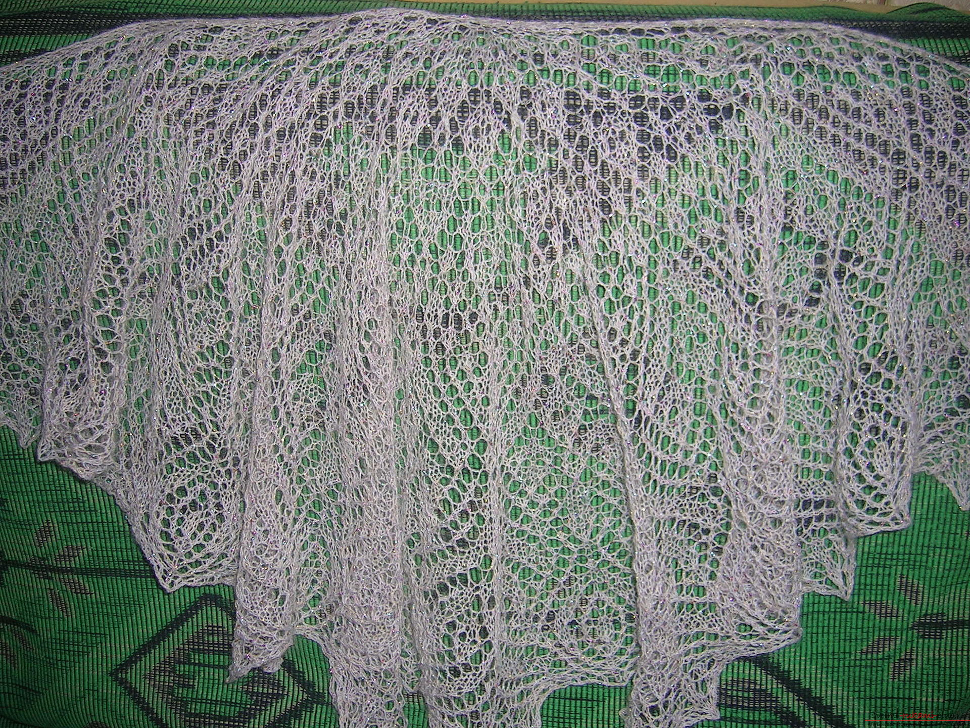 Description knitting the openwork white shawls with knitting needles. Picture №3