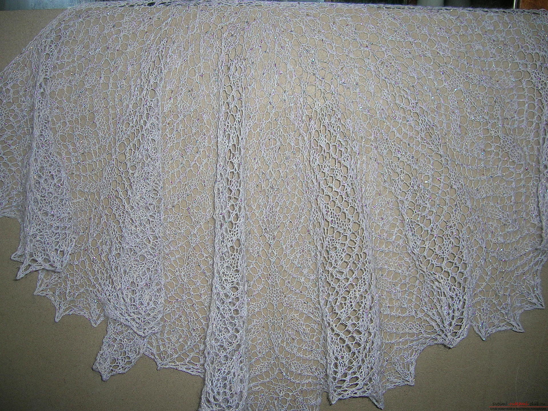 Description knitting the openwork white shawls with knitting needles. Photo # 2