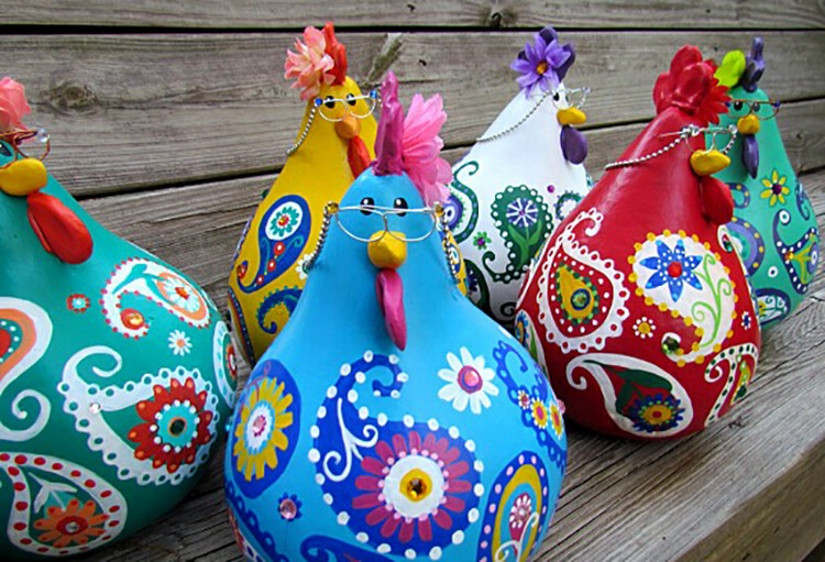 Bright and stylish pumpkin hens and roosters - the idea of an autumn garden decor