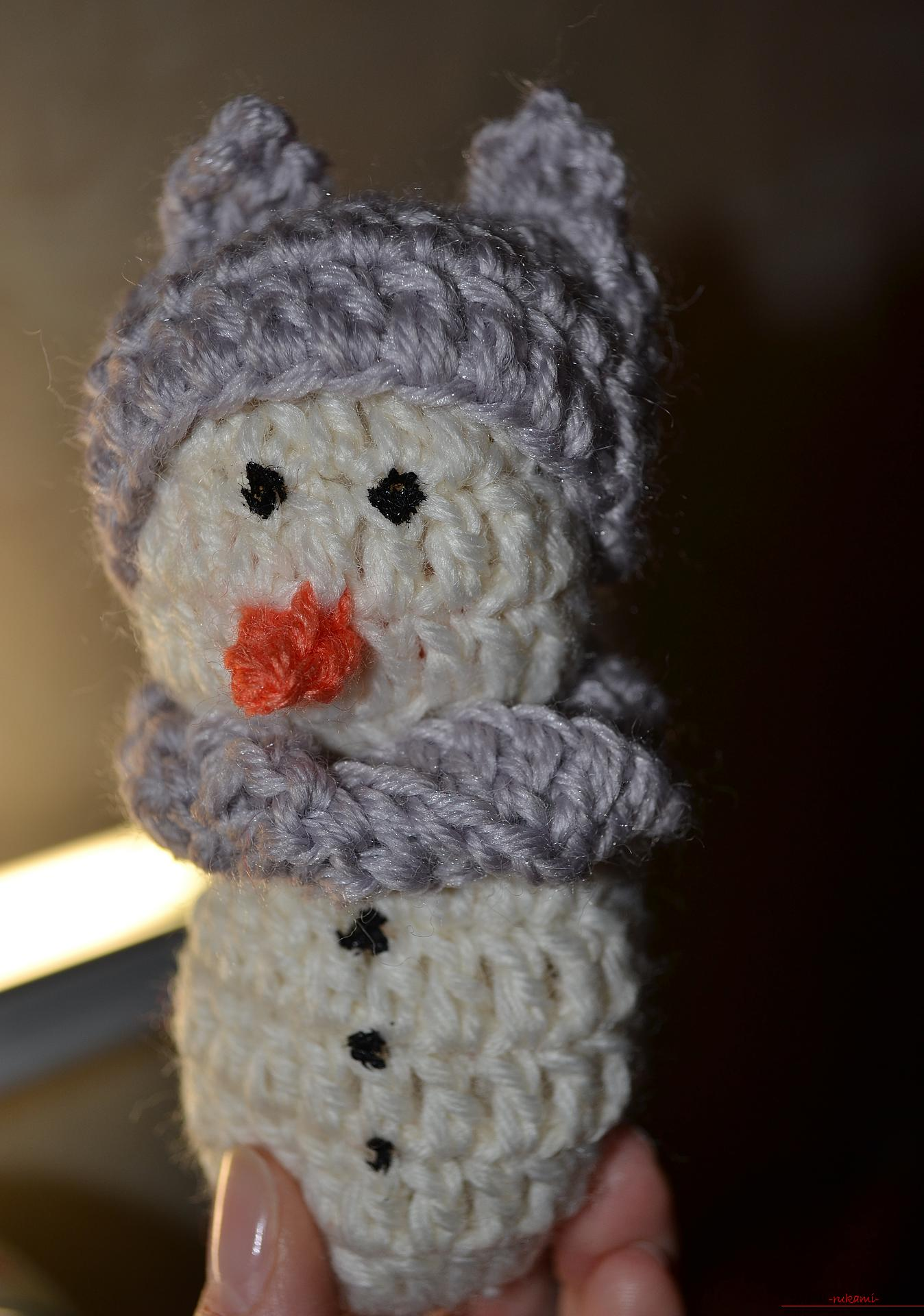 A master class with a photo and description will teach the crocheting of a snowman, which will be understandable for beginners. Photo number 12