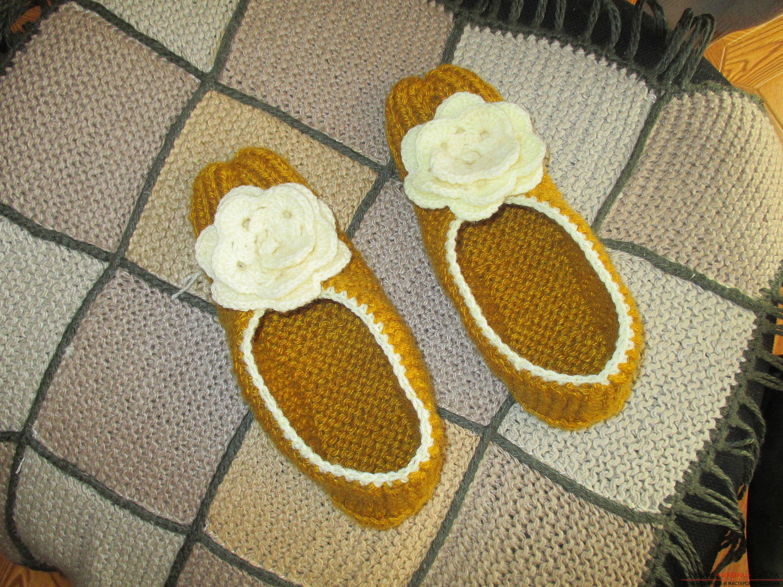 This master class in knitting slippers will teach you how to knit warm and cozy slippers with knitting needles .. Photo №17