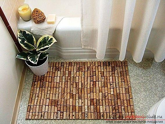 Original interior items, the use of wine corks in the creation of various items, a bath mat from the cork. Photo number 1