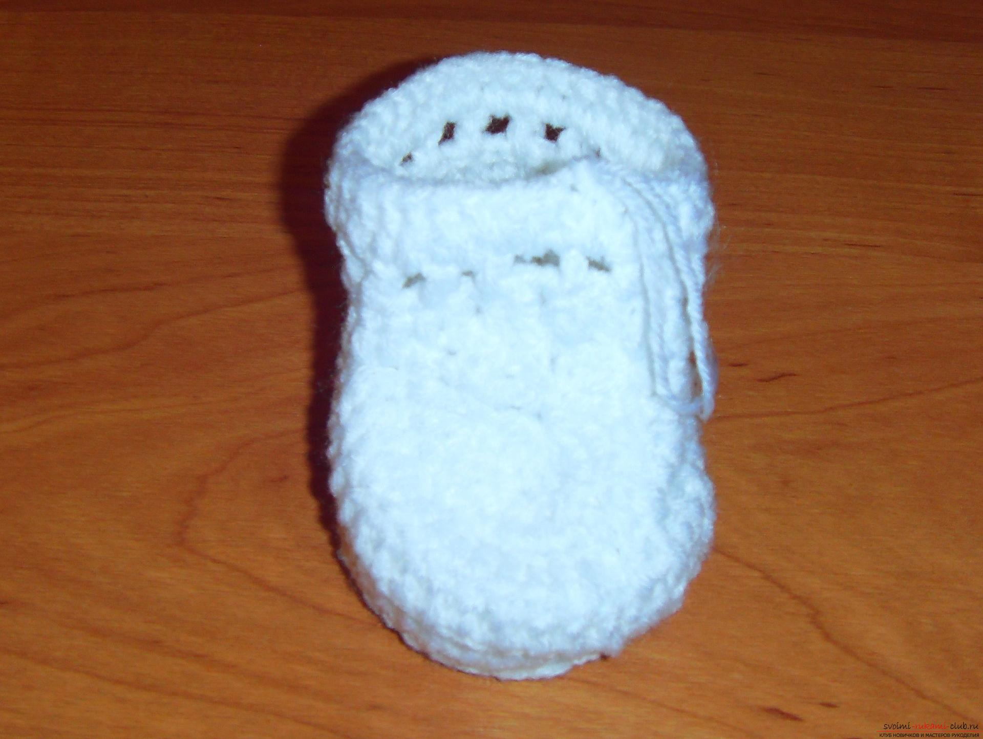 A master class with a detailed description will teach how to crochet booties for newborns. Photo number 12