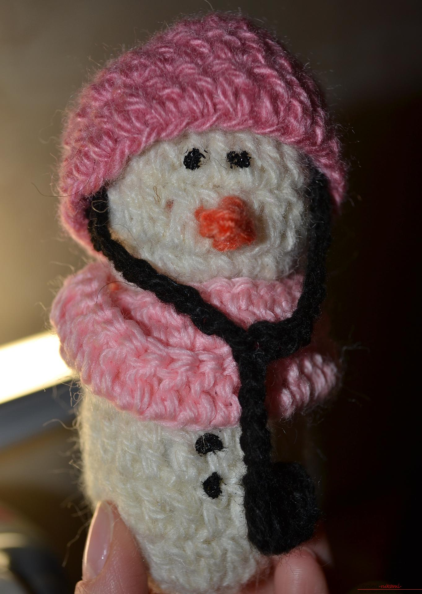 A master class with a photo and description will teach the crocheting of a snowman, which will be understandable for beginners. Photo Number 11