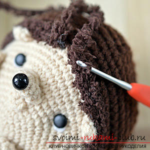We learn to knit crocheted hedgehog with the hands with detailed instructions and photos .. Photo №11