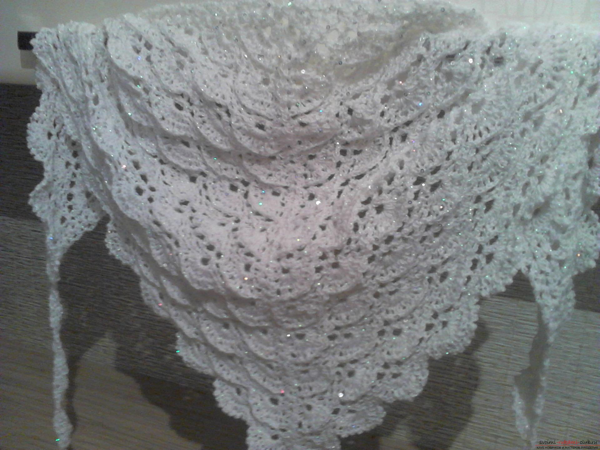 White kerchief with lurex and paillettes. Photo №1