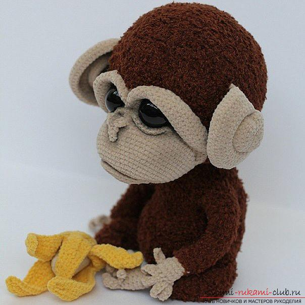 Monkey amigurumi with his hands with a step-by-step description and photo. Photo number 17
