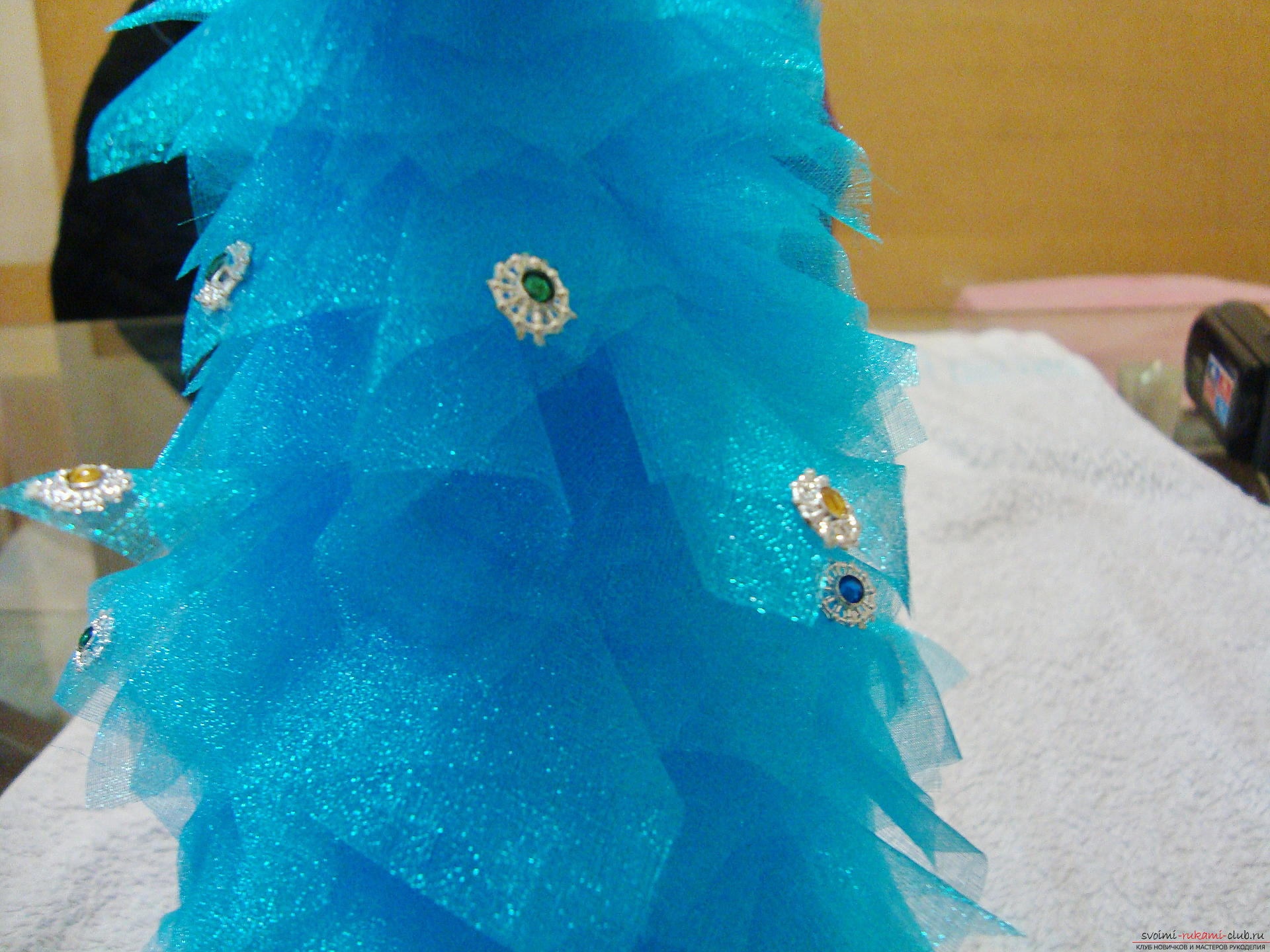 How to make a Christmas tree with your own hands from organza? this New Year's craft is easily created from easily material with the help of a stapler and glue, it is perfect for a gift in 2016. Photo number 15