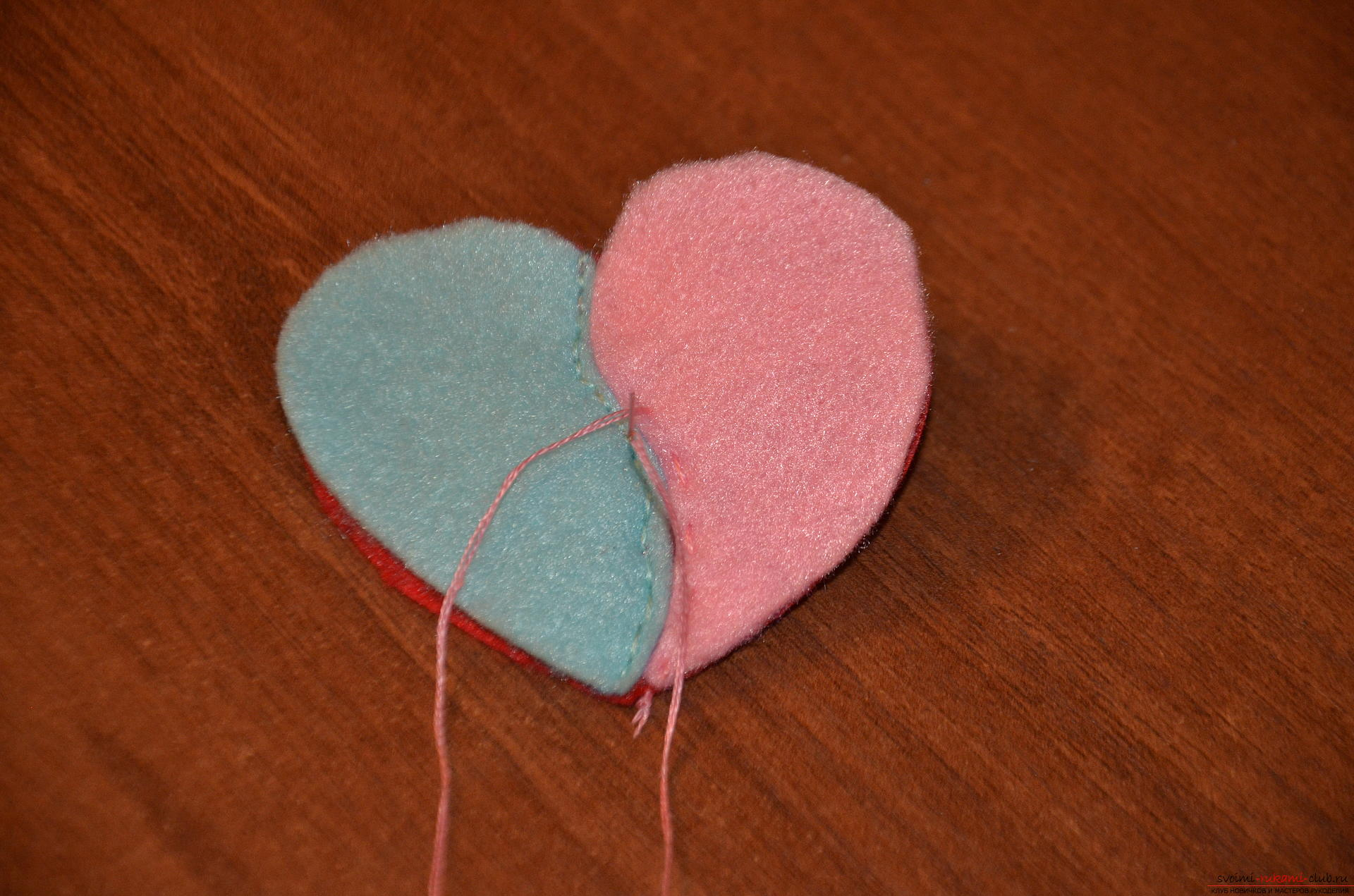This master class Valentine will teach you how to make your own heart with bullfinches made of felt .. Photo №10