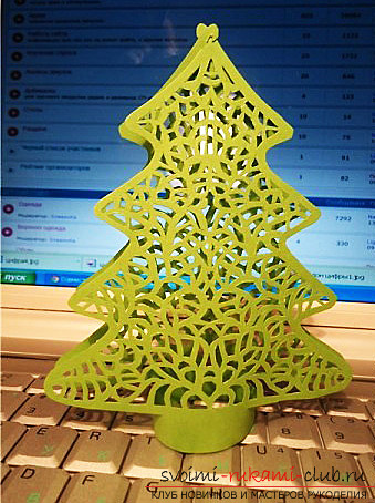 photo examples of the process of making an openwork Christmas tree made of paper. Photo №8