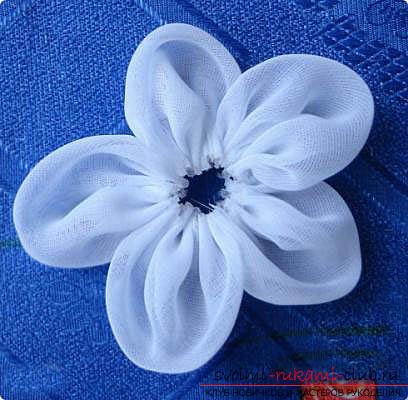 White Kanzashi bows with their own hands are easy and fast. Picture №3