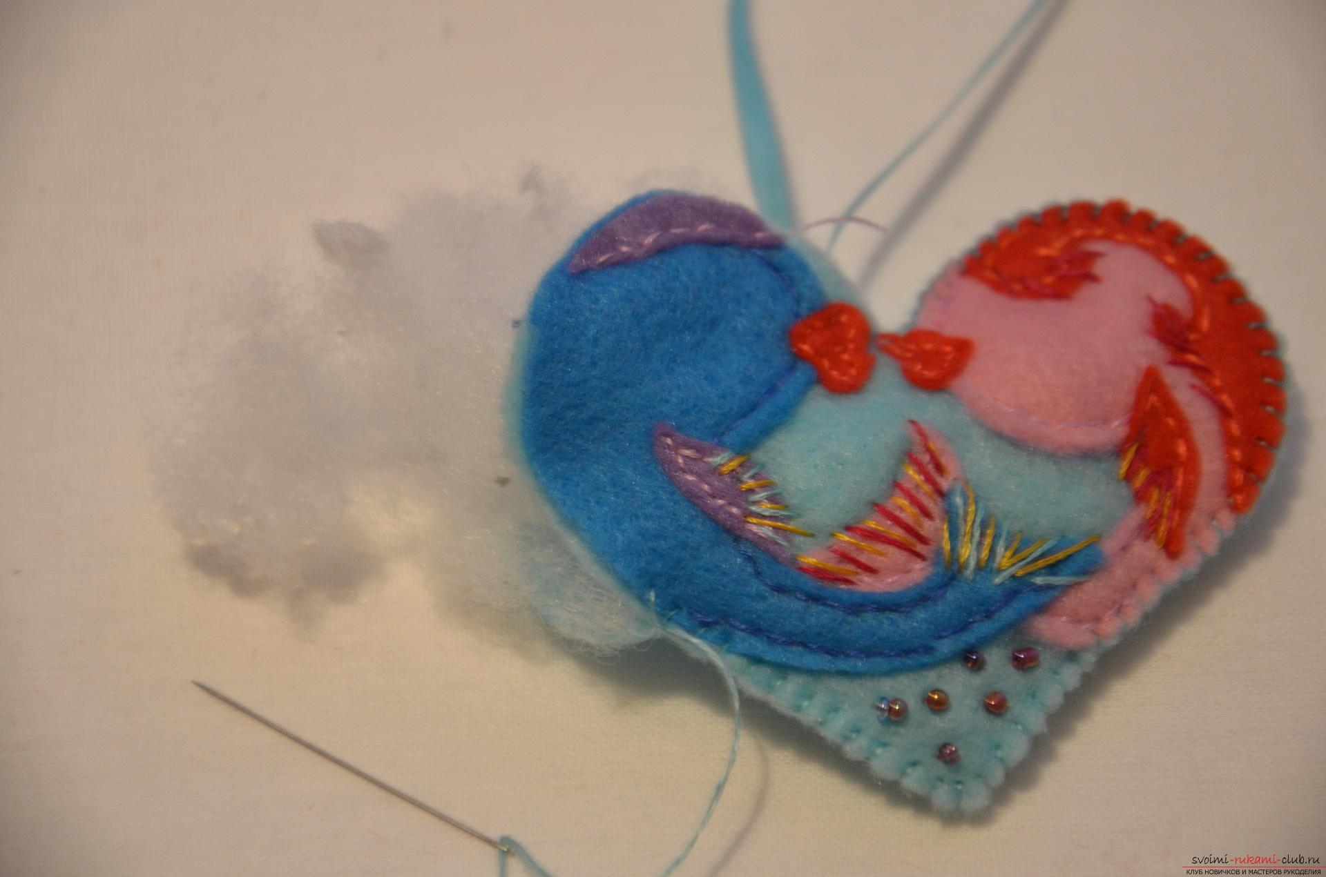 Deze masterclass leert op 14 februari hoe de originele valentines te naaien - vis uit vilt. Foto # 12