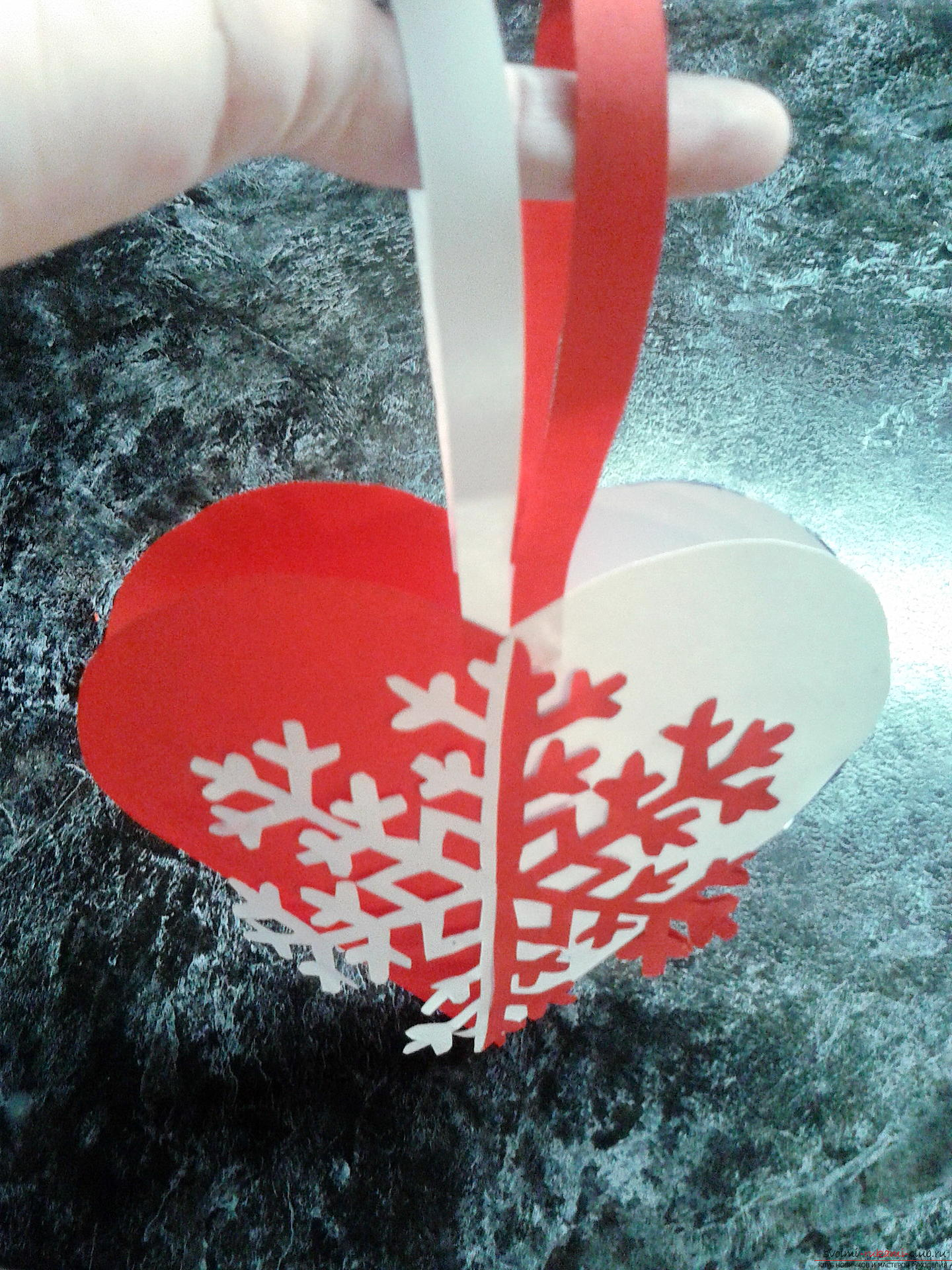 Interesting postcards and snowflakes are easy to make out of paper, but it's much more interesting to put them together in one New Year's hand-craft .. Photo # 9