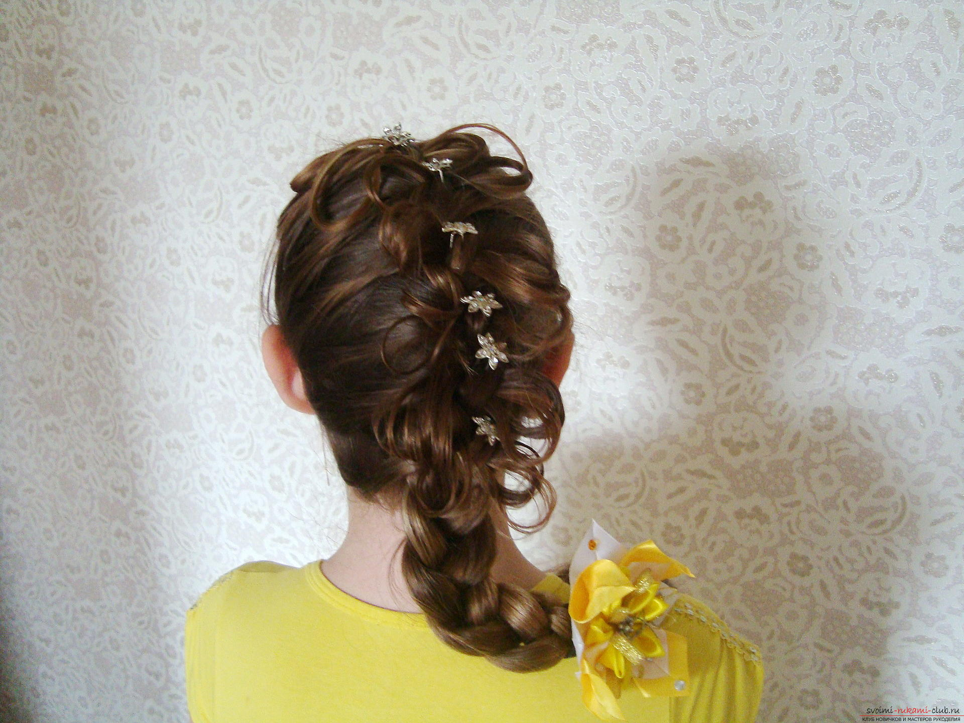 Beautiful hairstyles on long hair are easily created by own hands. Master-class with a phased photo hairstyles will teach you to beautifully style your hair .. Picture №10