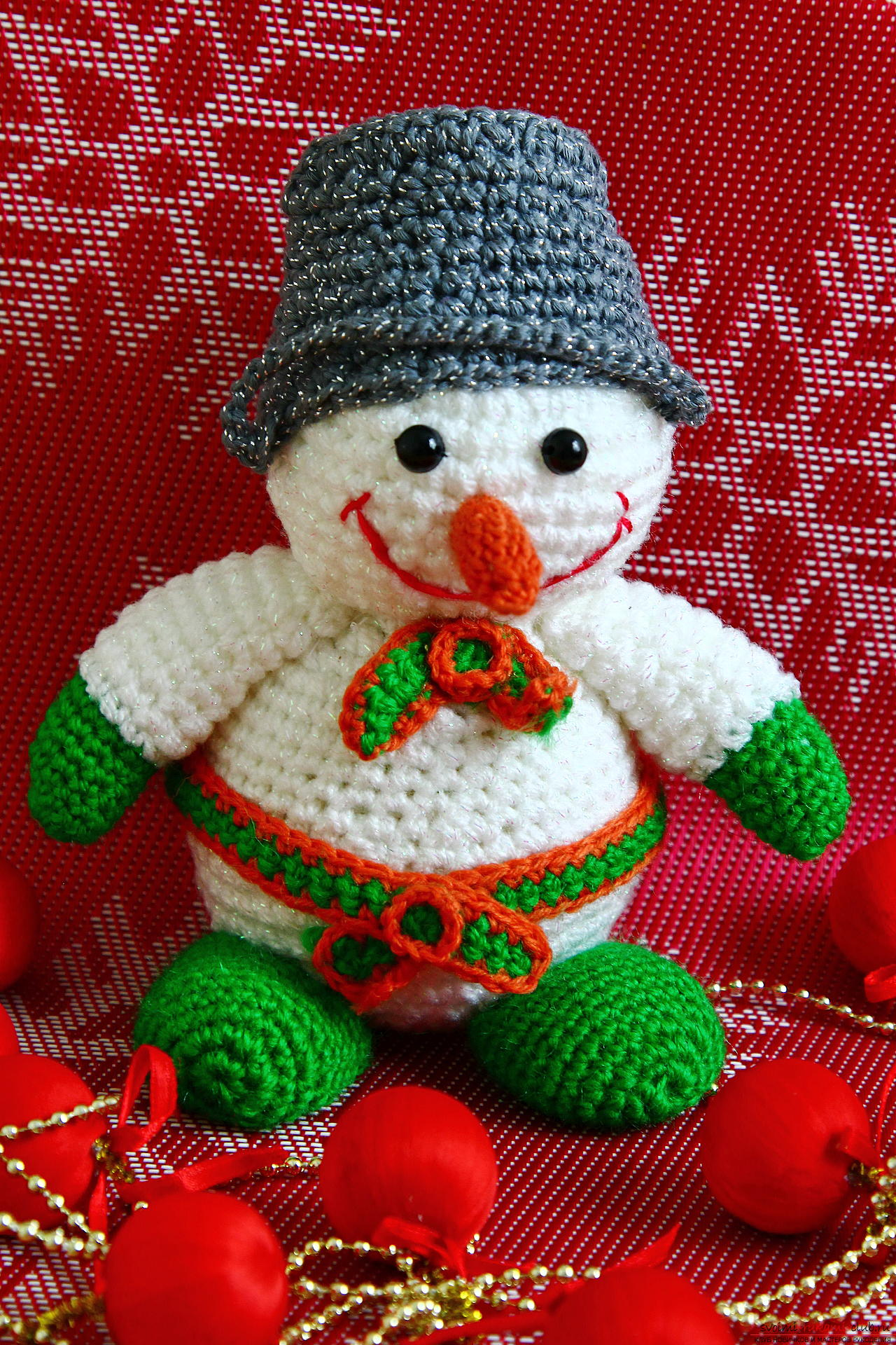 We knit a New Year's snowman with a crochet with a detailed master class, supplemented by step-by-step photos. Photo number 35