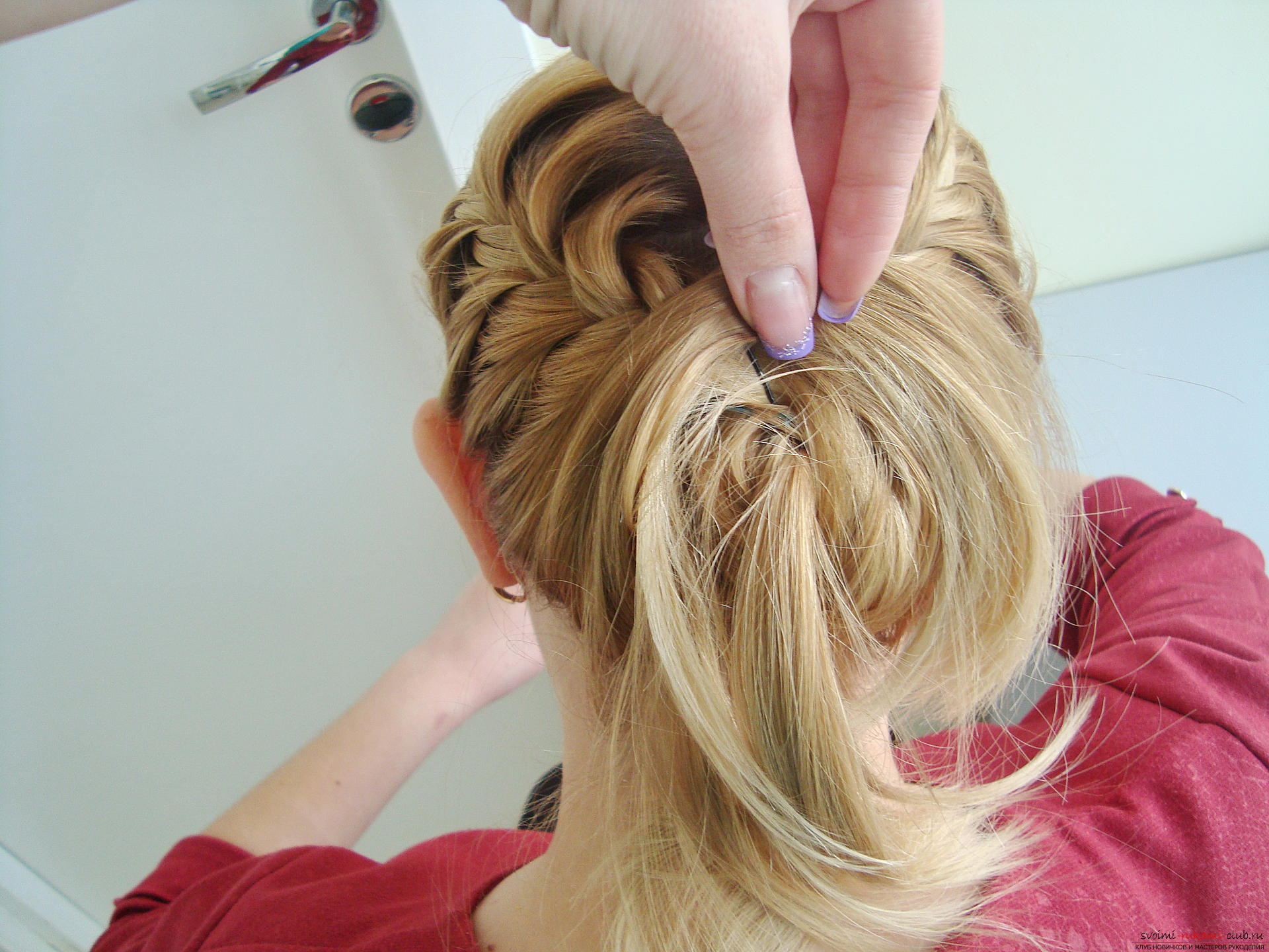 Master class hairstyles with photos will help you create the most beautiful hairstyle for the new year. Hairstyles for medium hair on the basis of braids will last the whole evening and porozyat originality .. Photo # 12