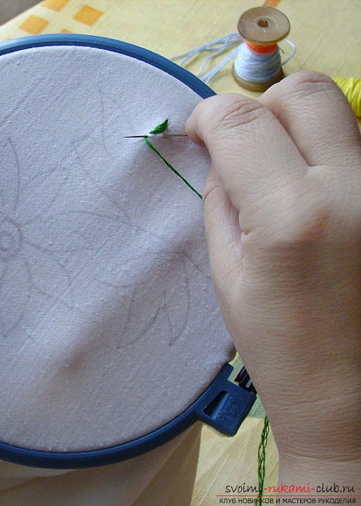 Embroidery smooth chamomile according to the scheme. Photo №4