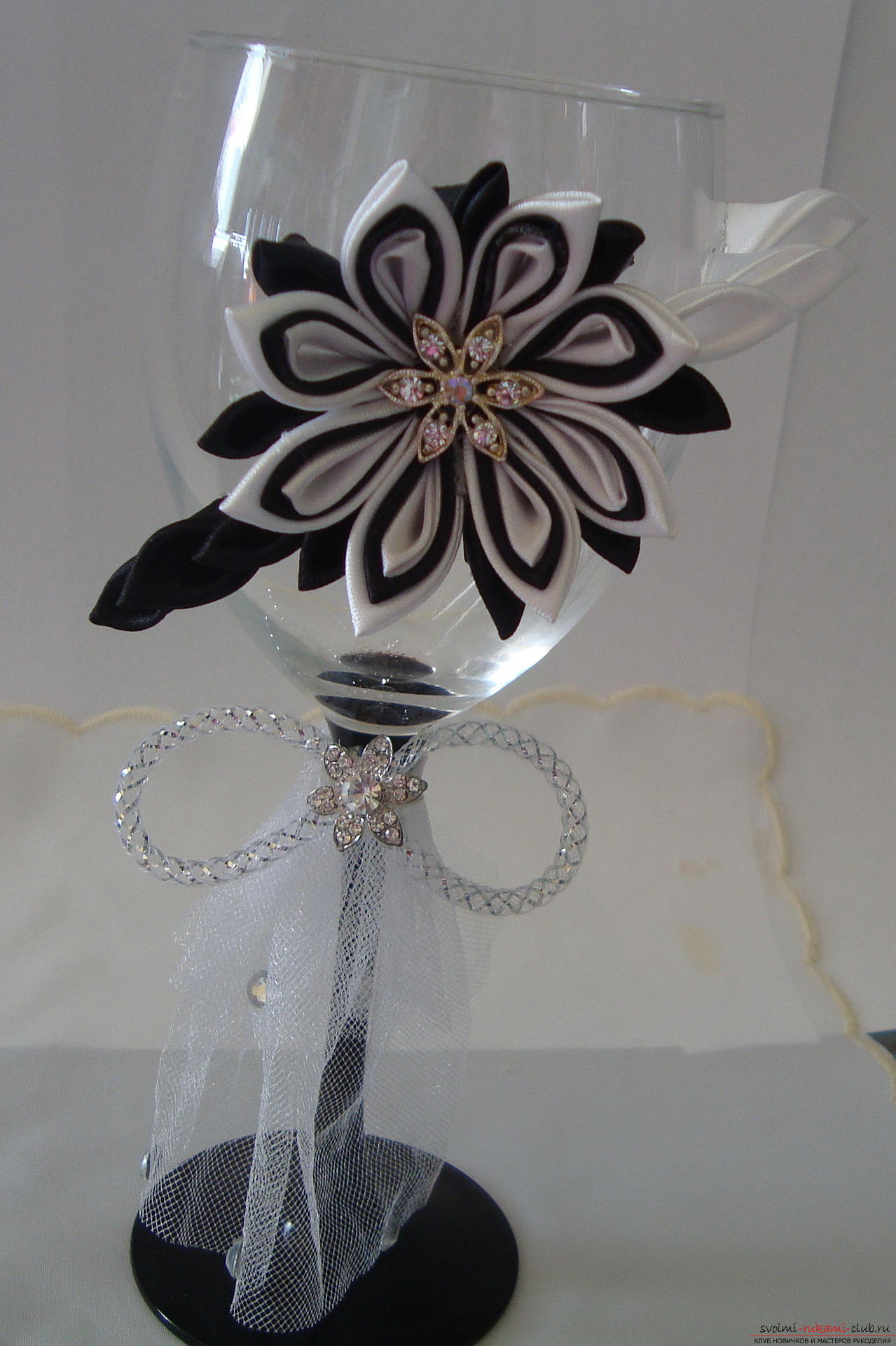 Step-by-step instruction on decorating a wedding glass with a description and a photo. Picture №33