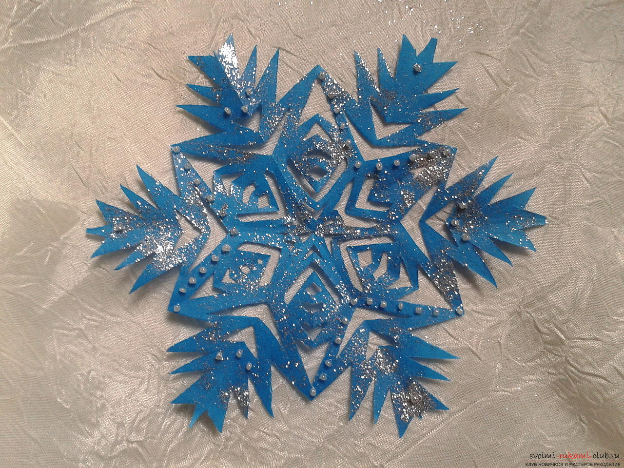 Photo to the lesson on creating a New Year's paper snowflake. Photo number 15
